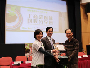 photo of Souvenir presentation to Four Seasons Hotel Hong Kong by EPD and Greeners Action