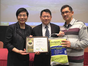 photo of Souvenir presentation to Kai Shing Management Services Ltd.by EPD and Greeners Action