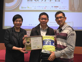 photo of Souvenir presentation to Hong Kong Productivity Council by EPD and Greeners Action